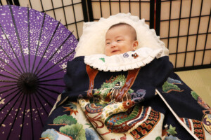 スタジオバンビ鈴鹿/お宮参り写真撮影。和傘をバックに撮影