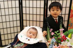 スタジオバンビ鈴鹿/お宮参り写真撮影。お兄ちゃんとツーショット撮影