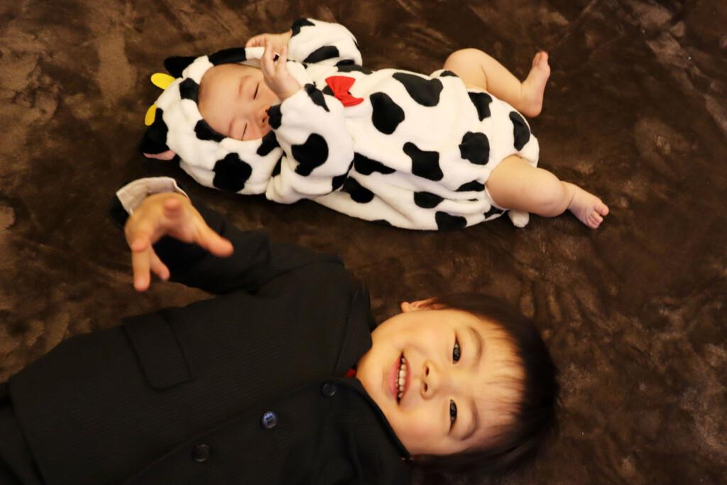 スタジオバンビ鈴鹿/お宮参り撮影の後、牛の着ぐるみを着て撮影しました。お兄ちゃんと撮影。疲れて眠たい・・・