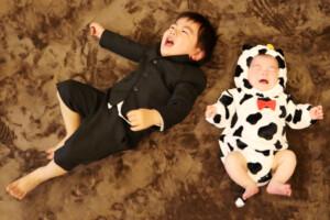 スタジオバンビ鈴鹿/お宮参り撮影の後、牛の着ぐるみを着て撮影。お兄ちゃんもまだ2歳。午前中にお参りに行って疲れたこともありおうち帰りたいと泣いちゃいました。つられて弟ちゃんも。涙の合唱です。