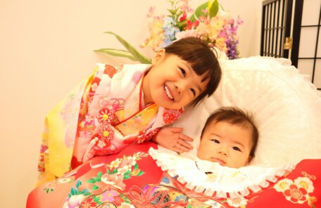 七五三とお宮参りの同時撮影。仲良し姉妹|鈴鹿|子供専門写真館スタジオバンビ|