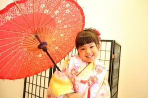 3歳七五三の女の子。和傘が重たくて、おっとっと。|鈴鹿|子供専門写真館スタジオバンビ|