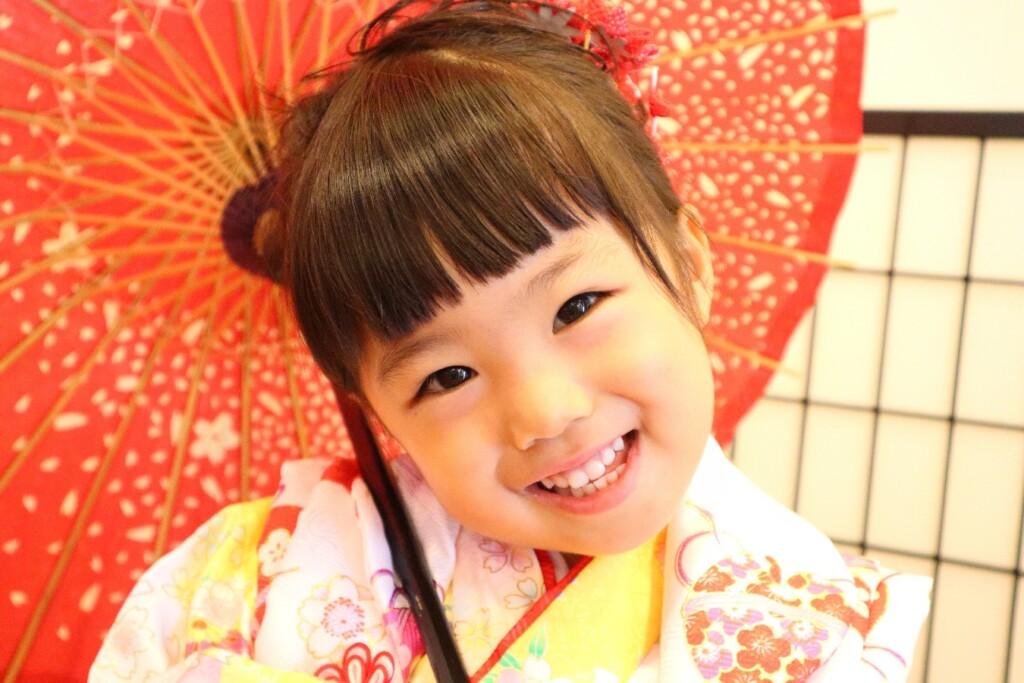 3歳七五三の女の子。和傘が似合っています。|鈴鹿|子供専門写真館スタジオバンビ|