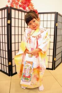 3歳女の子、千歳飴をもって七五三撮影|鈴鹿|子供専門写真館スタジオバンビ|