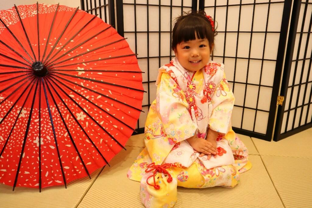 ちょこんと正座して七五三撮影の女の子|鈴鹿|子供専門写真館スタジオバンビ|