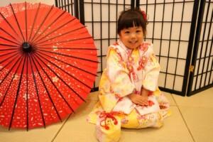 ちょこんと正座して七五三撮影の女の子 鈴鹿 子供専門写真館スタジオバンビ 
