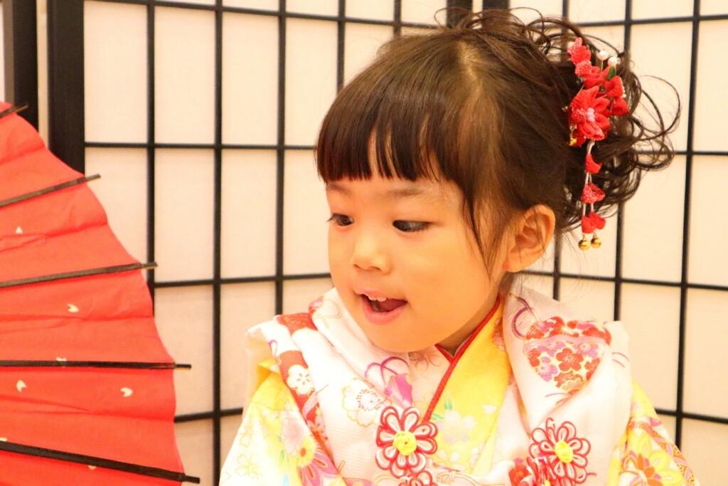 3歳七五三撮影の女の子。つまみ細工の髪飾りが似合っています。|鈴鹿|子供専門写真館スタジオバンビ|