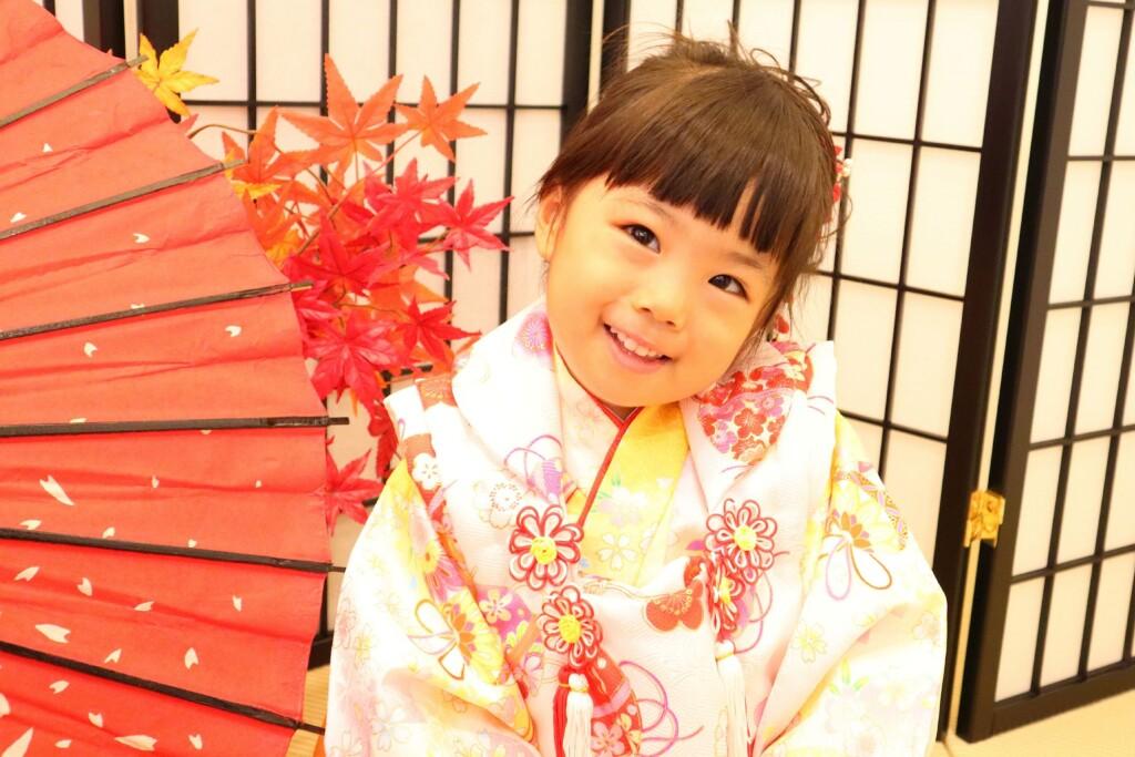 和傘と紅葉をバックに3歳女の子の七五三撮影|鈴鹿|子供専門写真館スタジオバンビ