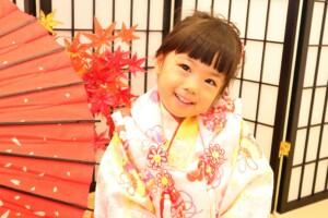 和傘と紅葉をバックに3歳女の子の七五三撮影 鈴鹿 子供専門写真館スタジオバンビ
