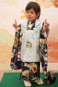 スタジオバンビ鈴鹿|五歳男の子の七五三撮影|指を立ててポーズ