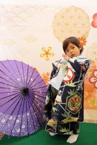 スタジオバンビ鈴鹿|五歳男の子の七五三撮影|紫の傘を背景に
