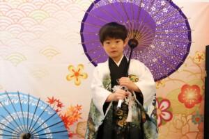スタジオバンビ鈴鹿|五歳男の子の七五三撮影|紫色の傘をもって