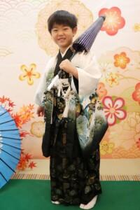 スタジオバンビ鈴鹿|五歳男の子の七五三撮影|閉じた傘を方にかけて