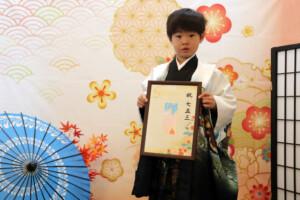 スタジオバンビ鈴鹿|五歳男の子の七五三撮影|ネームプレートとをもって