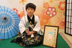 スタジオバンビ鈴鹿|五歳男の子の七五三撮影|刀をもって