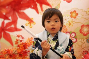 スタジオバンビ鈴鹿 三歳男の子の七五三撮影 紅葉をバックに