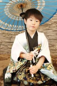 スタジオバンビ鈴鹿|五歳男の子の七五三撮影|青い傘をもって